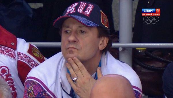 Олег Меньшиков на хоккейном матчче