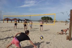 Олег Меньшиков играет в волейбол на гастролях в Израиле