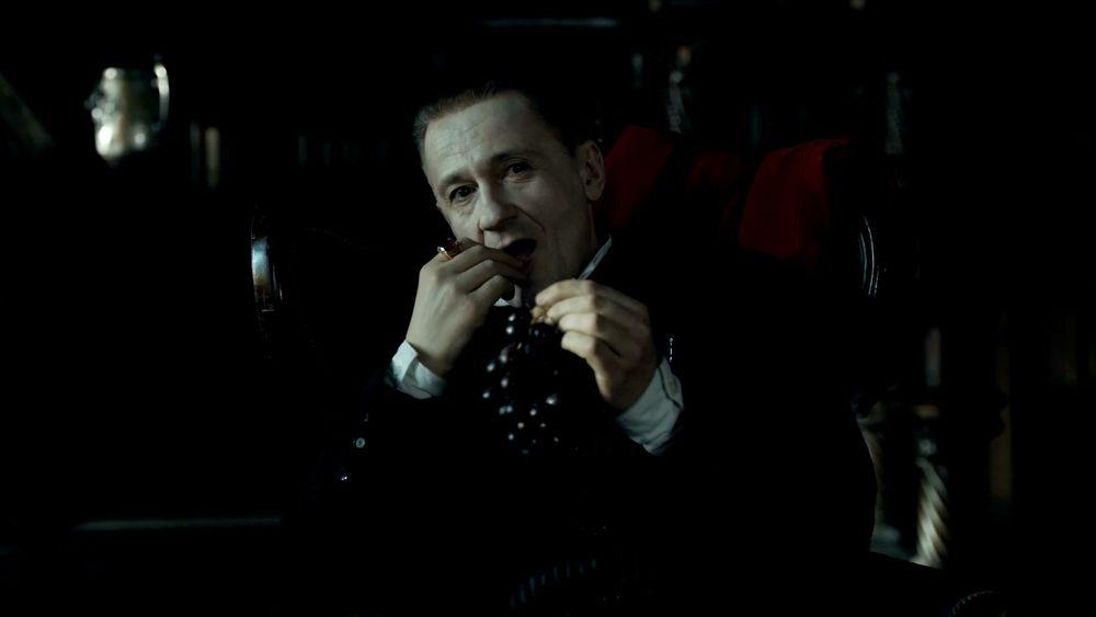 Олег Меньшиков в фильме «Гоголь» сексуально кушает виноград